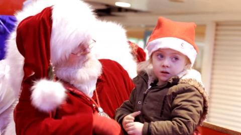 Dieser Weihnachtsmann unterhält sich mit dem tauben Mädchen auf eine ganz besondere Weise!