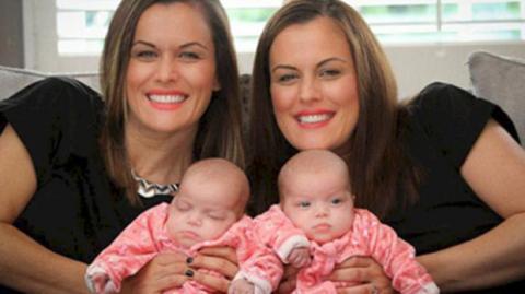 Eineiiger Zwilling bringt eineiige Zwillinge zur Welt