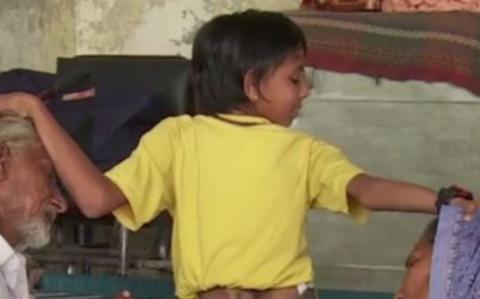 Diesem Jungen wächst ein Tierschwanz auf dem Rücken - doch seine Eltern wollen keine OP!