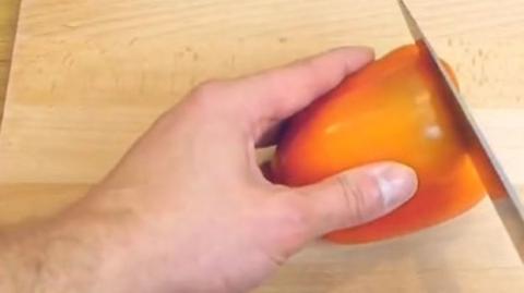 Genial! So schneidest du Paprika, ohne überall Kerne zu verstreuen!