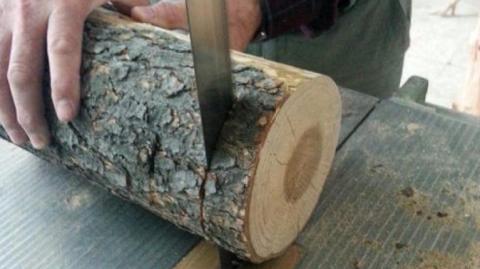 Dieser Mann sägt einen Holzstamm in Scheiben ... Wunderbar, was er daraus macht!