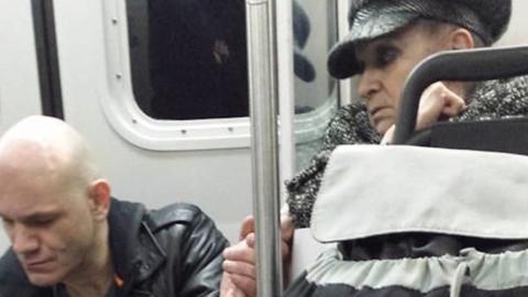 Er verängstigt alle in der U-Bahn, dann macht eine Frau etwas Unfassbares