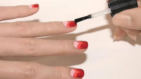 Wie schafft man es, Fingernägel zu lackieren, ohne auf die Haut zu kleckern?