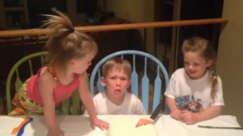 Dieser Junge findet heraus, dass seine Mutter ein drittes Mädchen erwartet. Entdecken Sie seine erstaunliche Reaktion.