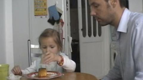 Als die Kleine ihren Pudding essen will, spielt ihr der Papa einen Streich... Wo ist nur der Pudding geblieben?