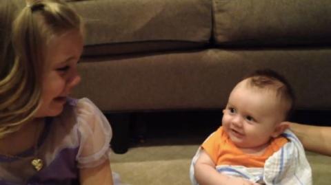 Dieses kleine Mädchen erfährt, dass ihr Bruder irgendwann groß wird.