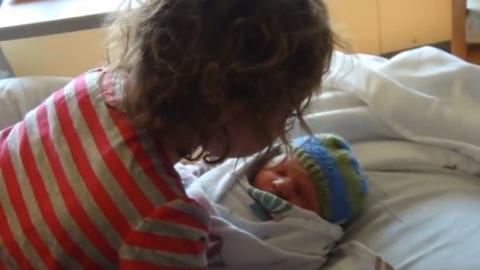 Dieses kleine Mädchen sieht zum ersten Mal seinen Bruder. Seine Reaktion ist sehr rührend.