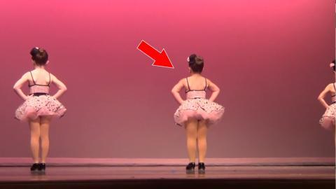 Drei kleine Mädchen bereiten sich auf eine Tanzaufführung vor... Als sich das Mädchen in der Mitte umdreht, kann sich das Publikum nicht mehr halten vor Lachen