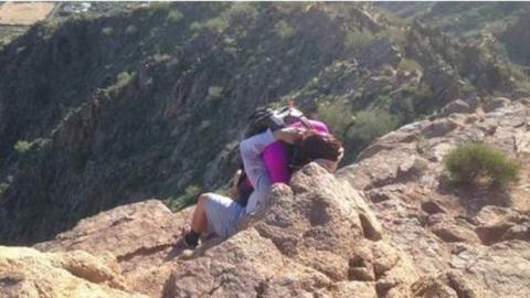 Ein Mann und eine Frau liegen sich in den Armen. Aber die Erklärung für dieses Foto bewegt das Netz