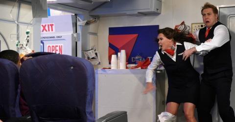 Bordpersonal fassungslos, als sich Passagier plötzlich auszieht und völlig daneben benimmt