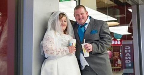 Beim Blick auf die Hochzeits-Einladung fällt den Gästen die Kinnlade runter