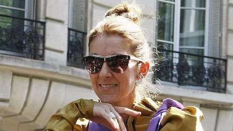 In Paris verblüfft Céline Dion alle mit ihrem exzentrischen Outfit!