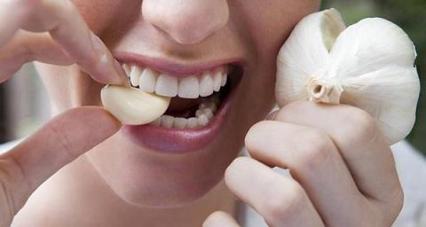 Erfahrt, warum Ärzte empfehlen, auf nüchternen Magen eine Knoblauchzehe zu essen