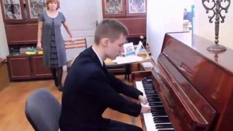 Ohne Hände geboren und als 12-Jähriger adoptiert, spielt Alexey Romanov heute Klavier wie kein anderer