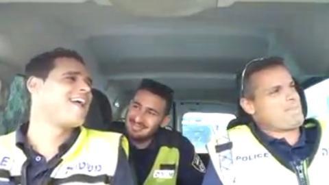 Drei Polizisten ziehen hier eine regelrechte Show mit einem Playback im Auto ab