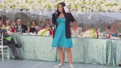 """Sie rappte die """"Maid of Honour""""-Rede zur Hochzeit ihrer Schwester. Zur Überraschung aller Gäste!"""