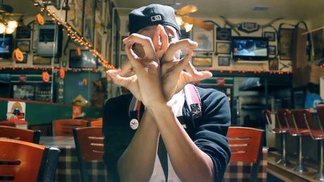Dieser junge Mann hat eine erstaunliche Choreographie mit seinen Fingern erarbeitet.