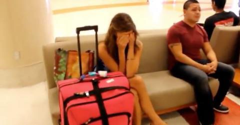 Am Flughafen hört sie etwas Bestimmtes und bricht in Tränen aus