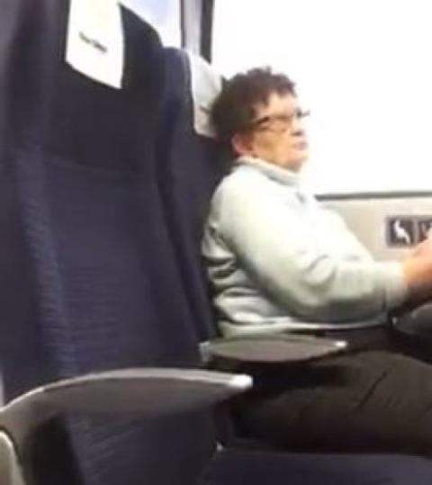 Ältere Frau lässt im Zug eine junge Frau des Platzes verweisen. Der Grund ist schockierend