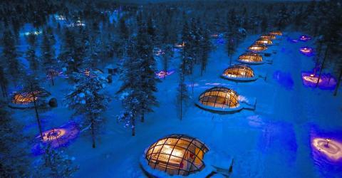 Polarlichter vom Iglu aus schauen im Kakslauttanen Arctic Resort in Finnland