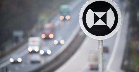 Was bedeutet das schwarz-weiß-runde Verkehrsschild?