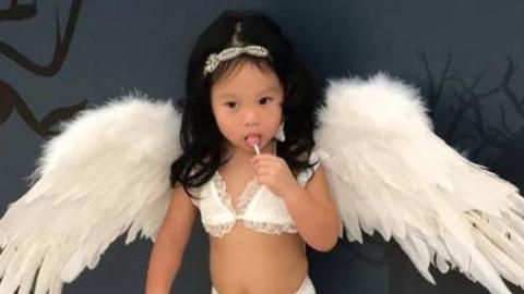 Eine Mutter verkleidet ihre 2-jährige Tochter zu Halloween...auf die wohl geschmackloseste Art und Weise