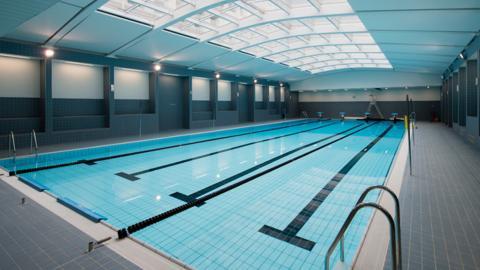 In dieses Schwimmbad kommt nicht jeder. Nur unter sehr strengen Bedingungen wird der Zutritt gewährt