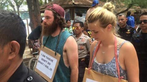 Zwei Touristen klauen in Indonesien ein Rad und werden sofort verurteilt. Schaut euch an, was ihre Strafe ist