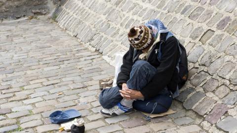 Ruiniert und fast auf der Straße lebend, wird dieser Mann zum Millionär