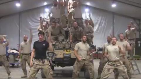 So sexy stellen diese Soldaten eine bekannte Filmszene nach!