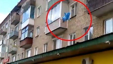 Dieser Mann wirft seine Familie aus dem Fenster, um ihr Leben zu retten