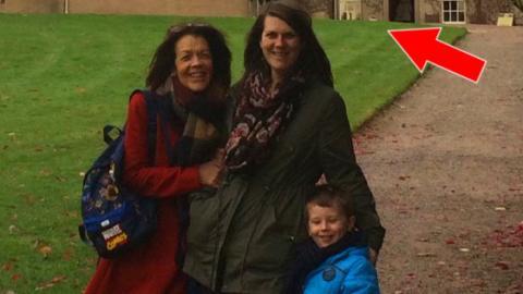 Eine Familie macht ein Selfie vor dem Crathes Castle und entdeckt...