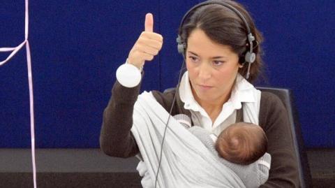 Diese Frau hat ihr Neugeborenes den ganzen Tag mit auf Arbeit. Seht, wie der Chef darauf reagiert
