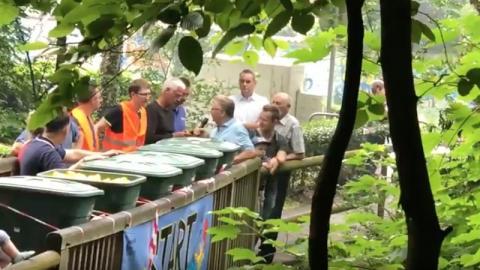 Sie werfen 3000 Tiere aus der Mülltonne ins Wasser. Schaulustige strömen in Massen an!