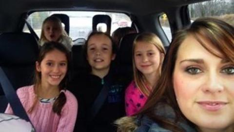 Selbstlose Geste: Am Geburtstag ihrer Tochter verteilt sie Mäntel für Obdachlose