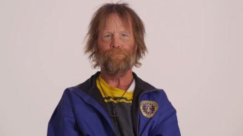 Schau dir das ergreifende Makeover dieses Obdachlosen an