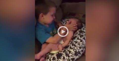 Der große Bruder singt ein Schlaflied für seine kleine Schwester!