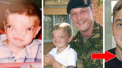 Der britische Wayne Ingram Soldat hilft dem Jungen Stevan Savic