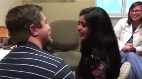Er macht seiner Freundin einen Antrag, als sie zum ersten Mal in ihrem Leben hören kann