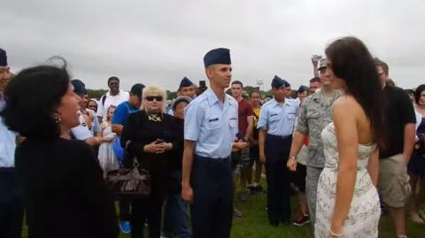 Strikt militärischer Heiratsantrag eines jungen Soldaten... mit Hilfe seines Schwiegervaters.