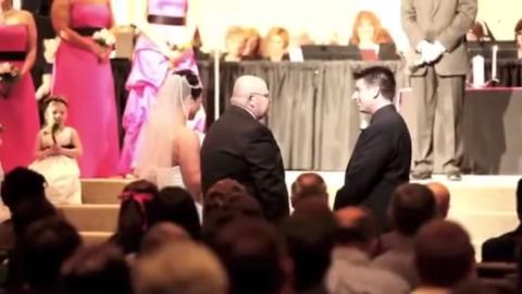 Der Brautvater erzählt bei der Trauung eine Hochzeitsgeschichte