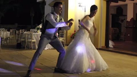 Ein gewöhnlicher Hochzeitstanz? Denkste! Dieses Paar stellt eine wahre Show auf die Beine!