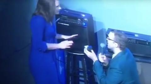 Ein Komiker macht seinen Heiratsantrag vor dem Publikum und bekommt eine Abfuhr