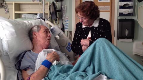 Ein Achtzigjähriger erwacht im Krankenhaus und schenkt seiner Frau einen unglaublichen Liebesbeweis... Herzbewegende Momente!