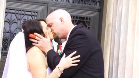 Als der Bräutigam die Braut nach dem Tausch der Ringe küssen darf, passiert etwas Unerwartetes!