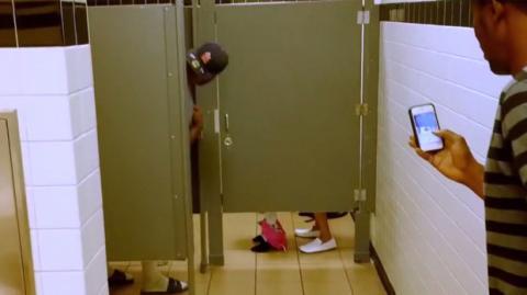 Dieses Paar versteckt sich auf der Toilette... Warum bloß?