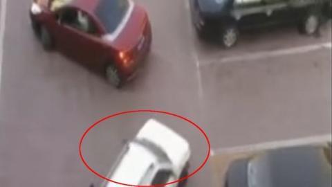 Dieser Frau hat man gerade ihren Parkplatz geklaut. Doch sie bereitet eine perfekte Rache vor.