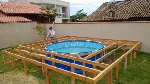 Er hat einen super Trick, sich seinen eigenen im Boden eingelassenen Pool zu bauen! Einfach genial!