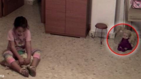 Die Puppe dieses kleinen Mädchens bewegt von alleine den Kopf ... Hilfe!!