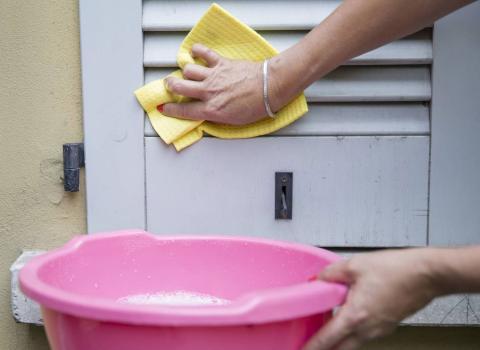 Jalousien und Fensterläden zu reinigen, ist ein Krampf! Doch mit diesem Trick geht es ganz einfach
